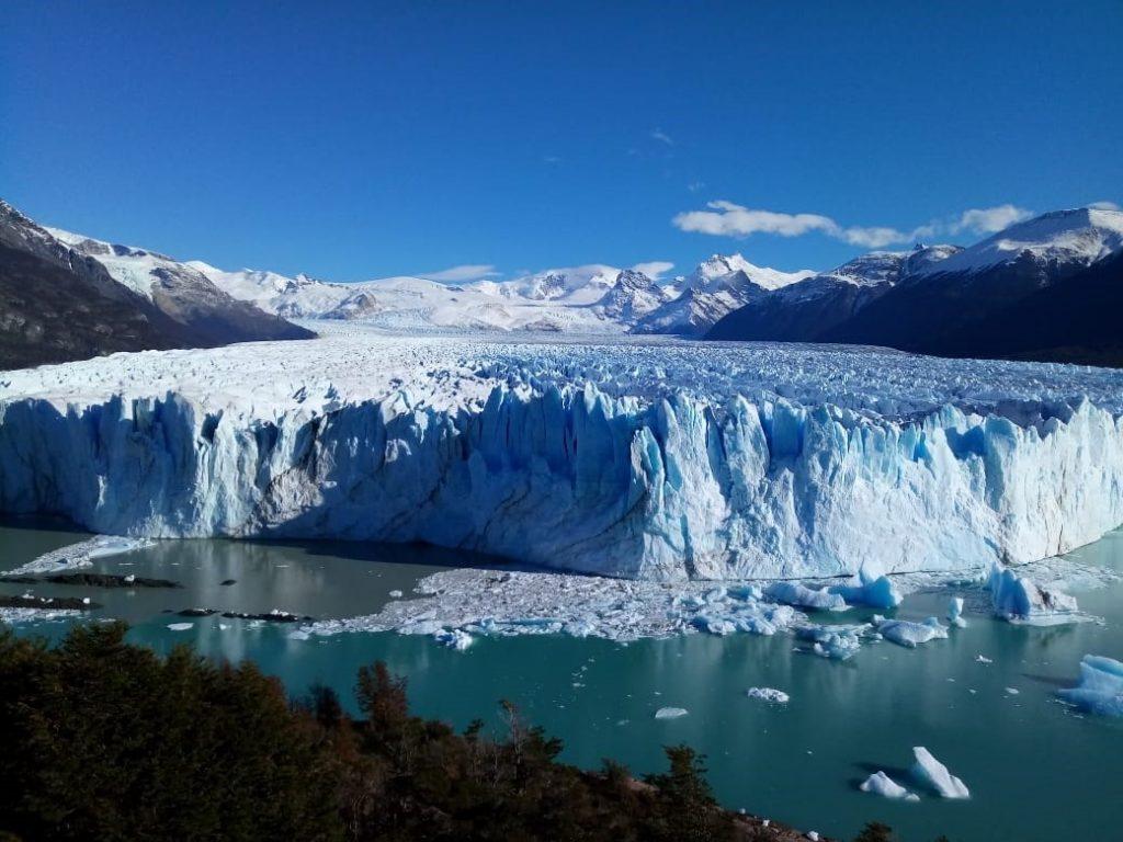 A imponência do Glaciar Perito Moreno te gera orgulho por ter chegado lá pedalando, mas te faz se sentir pequeno perante a magnitude da natureza