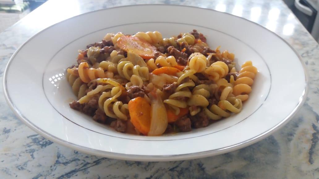 Macarronada com molho de tomate caseiro, carne de soja e legumes. 2