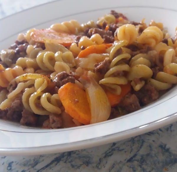 Macarronada com molho de tomate caseiro, carne de soja e legumes.