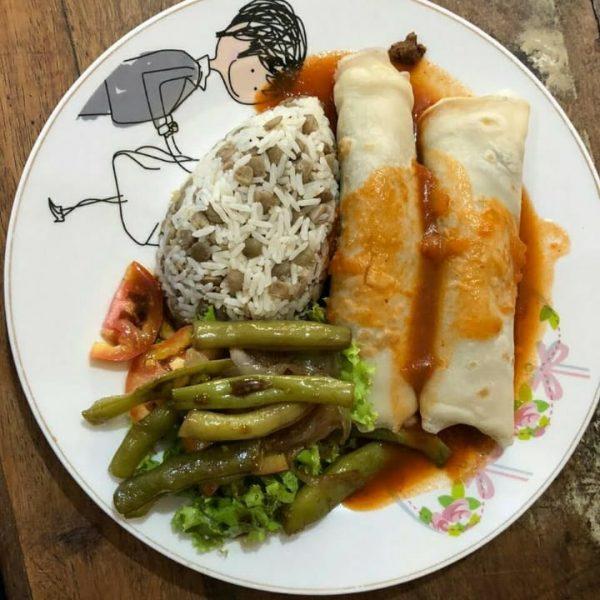 Panquecas de soja com arroz de lentilha e salada de vagem refogada no azeite e alho.